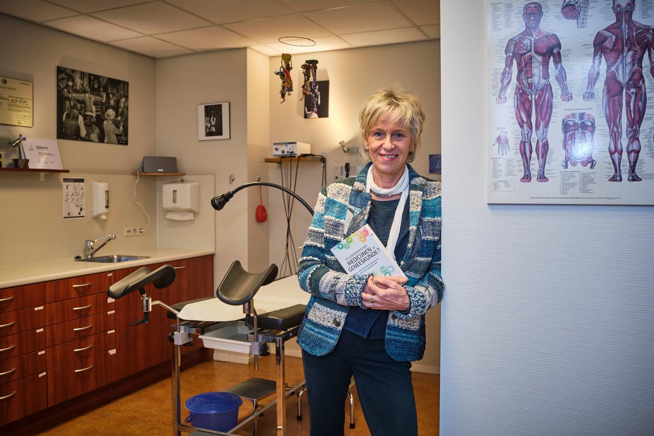 De Schiedamse huisarts Lieneke van de Griendt met haar boek 'Studeerden wij medicijnen of geneeskunde?'