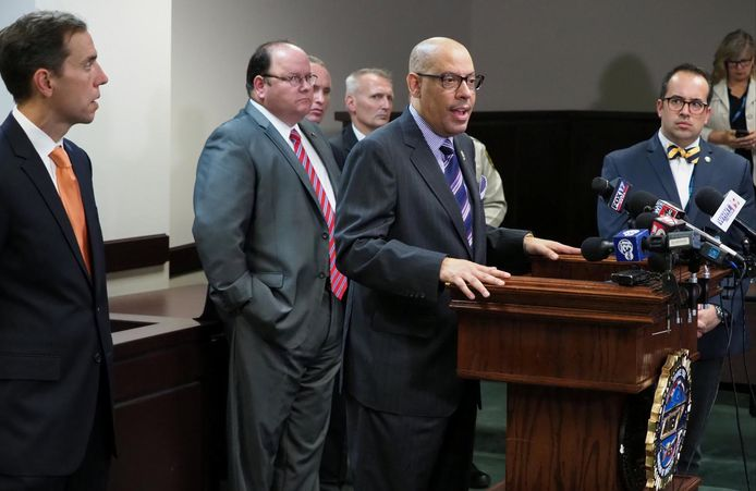 Mark Gwyn (TBI) tijdens een persconferentie na de arrestatie van Cummins.