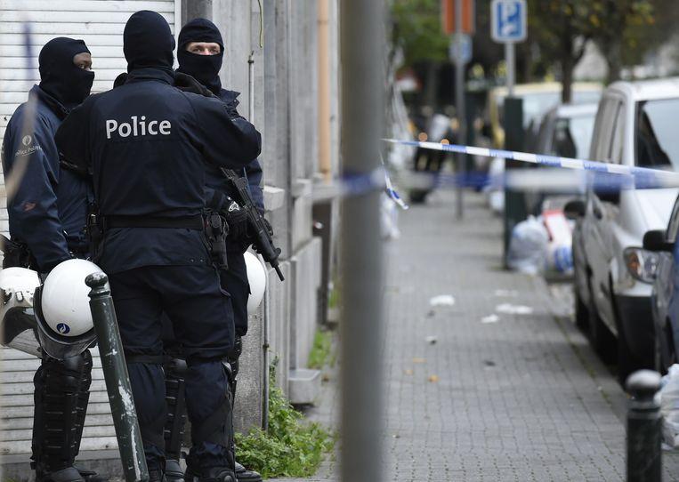 In de Brusselse deelgemeente Molenbeek zijn vanochtend weer huiszoekingen gaande. Beeld afp