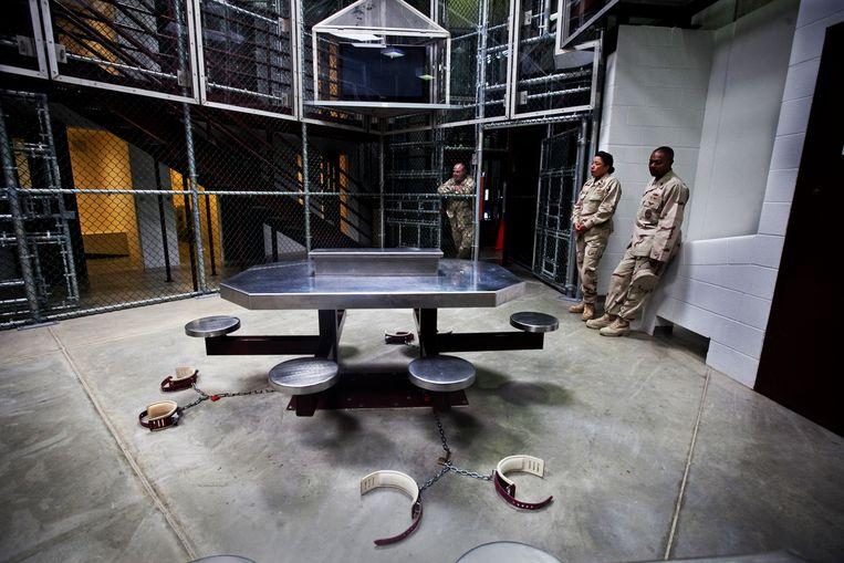 Dit is de 'televisiekamer' van Camp Delta, de gevangenen worden er geketend wanneer ze tv kijken. Beeld