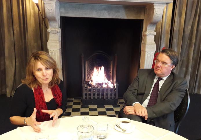 Wim van de Donk aan tafel met Marieke Moorman, burgemeester van Bernheze.