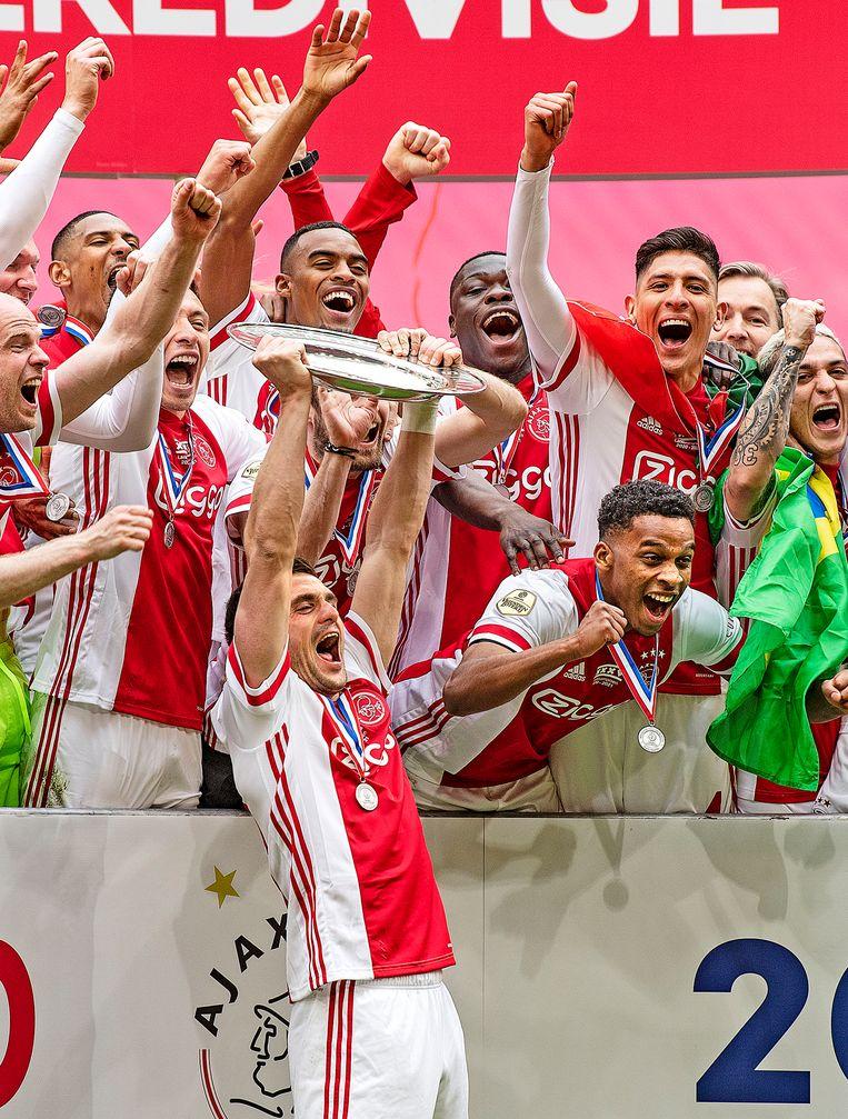 Ajax-aanvoerder Dusan Tadic met de kampioensschaal. Beeld Guus Dubbelman / de Volkskrant