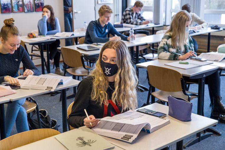 Examenklas in Oud-Beijerland krijgt les in twee lokalen zodat de leerlingen genoeg afstand kunnen aanhouden.  Beeld Arie Kievit / de Volkskrant