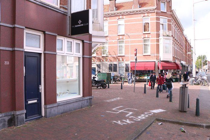 Enorm hakenkruis en ernstige teksten voor kapperszaak aan de Paul Krugerlaan in Den Haag
