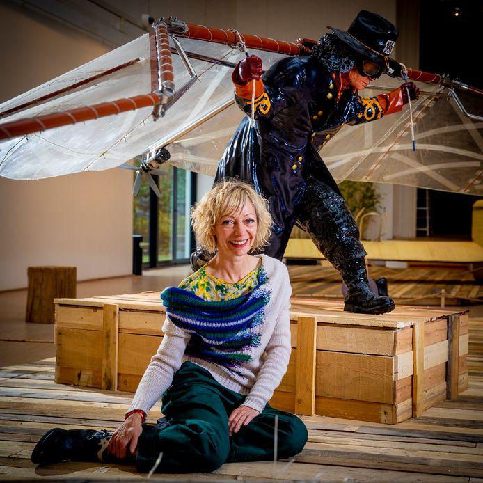 Eveline in galerij Campo & Campo, waar de expo over - net geen - 80 jaar Panamarenko loopt. Op de achtergrond: zijn vliegenier 'Brazil'.