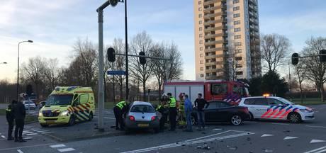 Twee auto's op elkaar in Apeldoorn