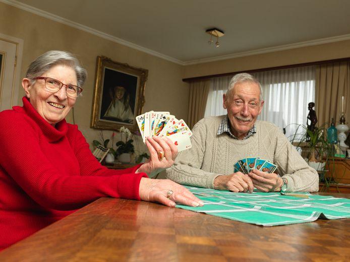 François Verhaegen (86) en Josephine Trauwkens (86) moeten hun kaartvrienden nu al een jaar lang missen.