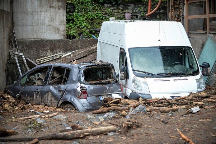 Vernielde wagens rond het Comomeer.