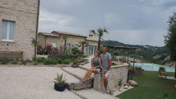 Deny & Ellie Blom uit Zundert bij hun accommodatie in Italië.