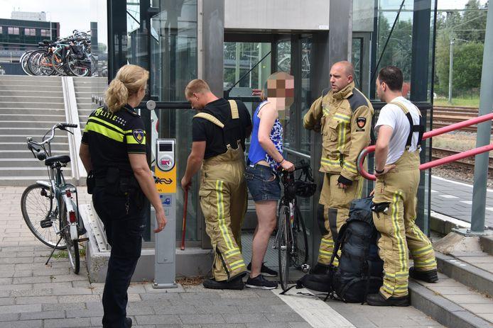 Vrouw met racefiets vast in lift op station Meppel