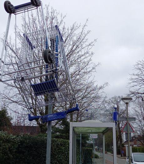 'Winkelwagenvandalen' slaan toe in Groesbeek: winkelwagen op abri en verkeersbord gegooid