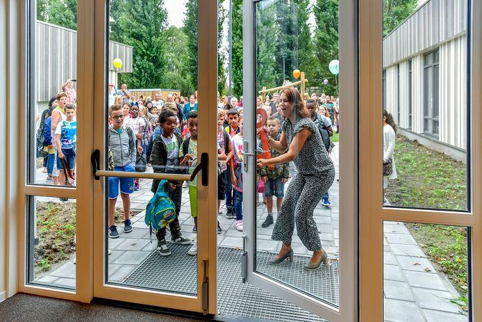 Eerste dag voor nieuwe school De Sponder en De Fakkel in Roosendaal, opening De Sponder met speciale sleutel door  Yvonne Claerhoudt.  Foto: Peter Braakmann / Pix4Profs