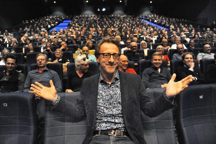 Directeur Jan Doense van Film by the Sea in 2019 in een volle zaal bij de slotfilm