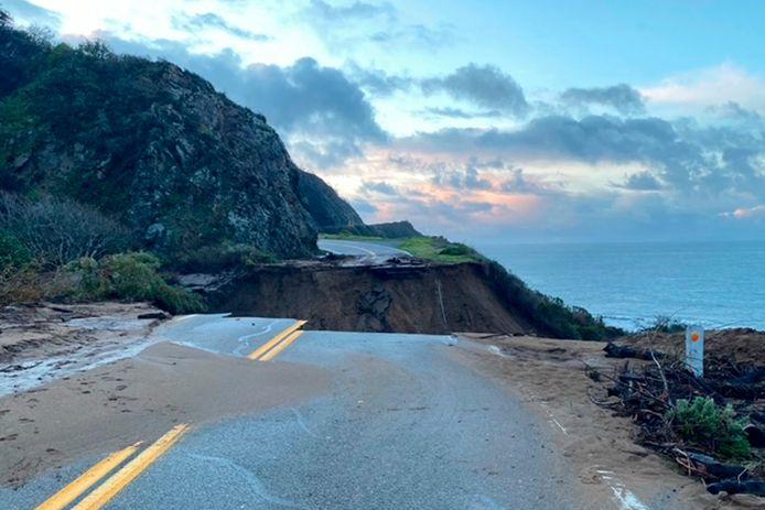 De autoweg werd over een afstand van bijna 50 meter uiteen gereten.