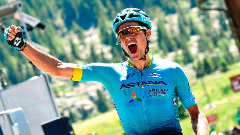 De Deen Fuglsang viert zijn overwinning in de Dauphiné. Beeld afp