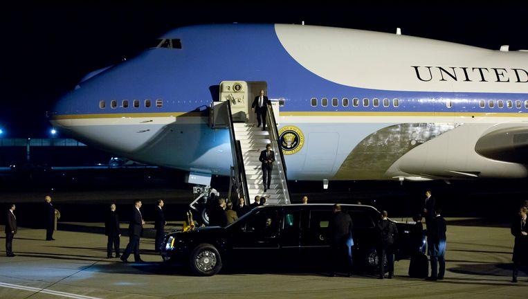 Op 25 maart 's avonds landt de Air Force One van de Amerikaanse president op Zaventem. Obama daalt de trapjes van zijn vliegtuig af en stapt in 'The Beast'. Beeld AP