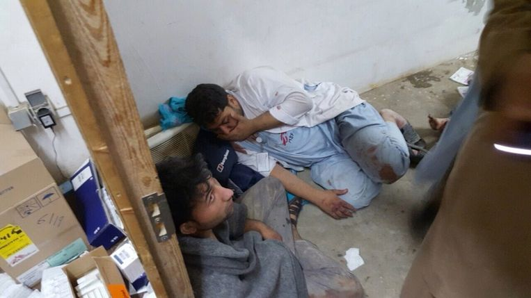 Medewerkers van Artsen zonder Grenzen na het bombardement op hun ziekenhuis afgelopen zaterdag. Beeld afp