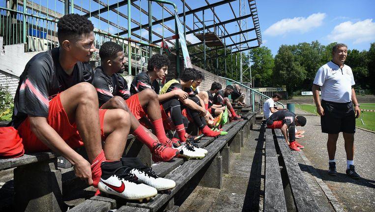 Henk ten Cate traint met zijn club Al Jazira in het oude stadion van FC Wageningen. Beeld Marcel van den Bergh / de Volkskrant