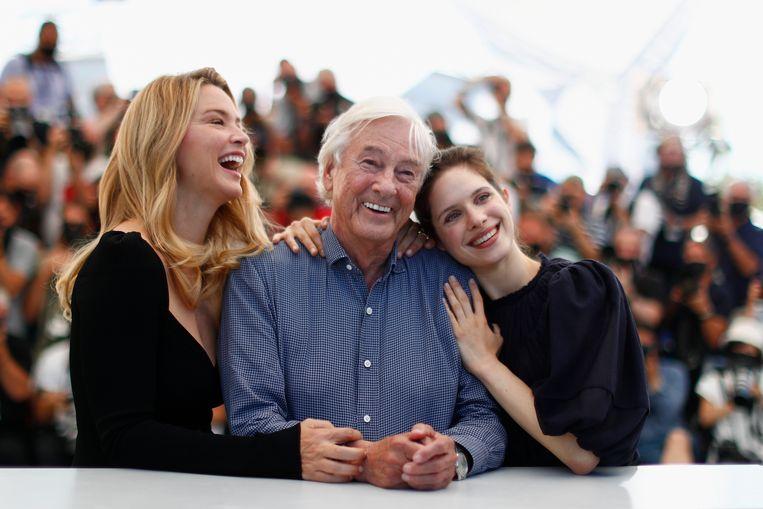 Regisseur Paul Verhoeven met actrices Virginie Elfira (links) en Daphne Patakia.  Beeld REUTERS