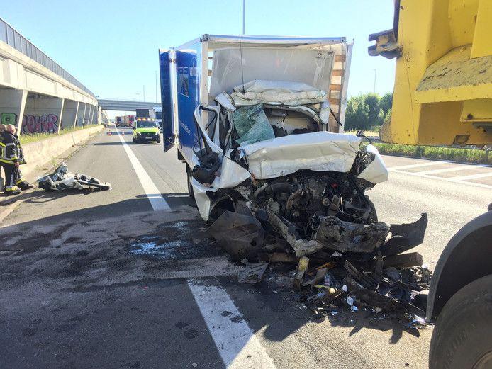 De kleine vrachtwagen na het ongeluk bij Brecht.