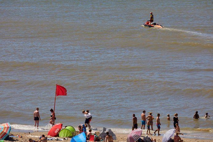 Op verschillende stranden aan de Nederlandse westkust werd de rode vlag gehesen.