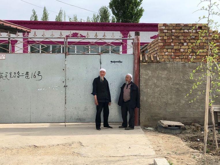 Twee mannen met een baard -  Volgens lokale bronnen waren baarden twee, drie jaar geleden verboden, maar wordt de regel nu niet langer afgedwongen. Beeld Leen Vervaeke
