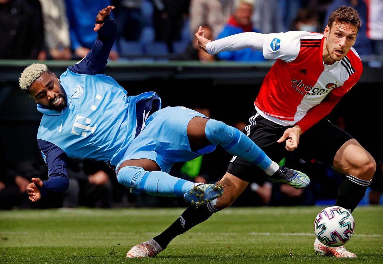 Eric Botteghin vloert FC Utrecht-spits Gyrano Kerk, in zijn laatste wedstrijd voor Feyenoord. De Braziliaan speelde sinds 2015 voor de Rotterdammers.