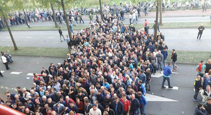 Lange rijen voor het Philips Stadion, ook zondag. Foto: Marijn van Impelen.