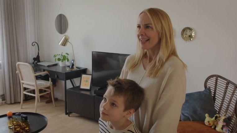 Linda en haar zoontje Daan. Beeld Play4