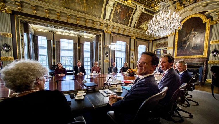 Premier Mark Rutte bij de eerste ministerraad van het nieuwe kabinet Rutte-III in de Trêveszaal in 2017. Beeld ANP