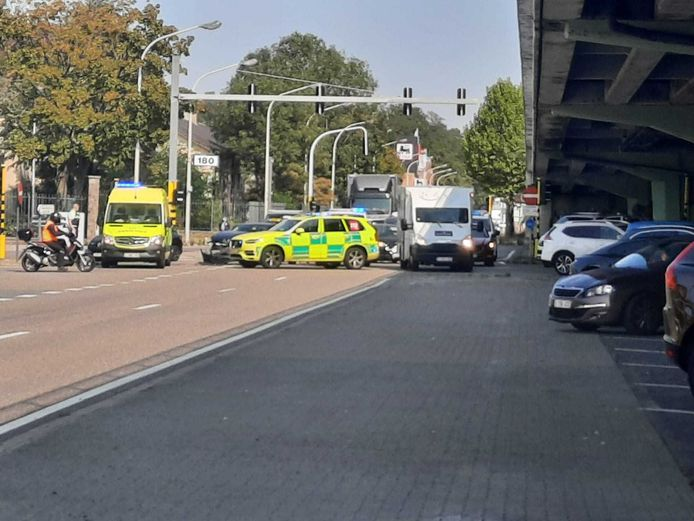Het ongeluk gebeurde vlak voor de gebouwen aan het kruispunt met de Krijgsbaan.