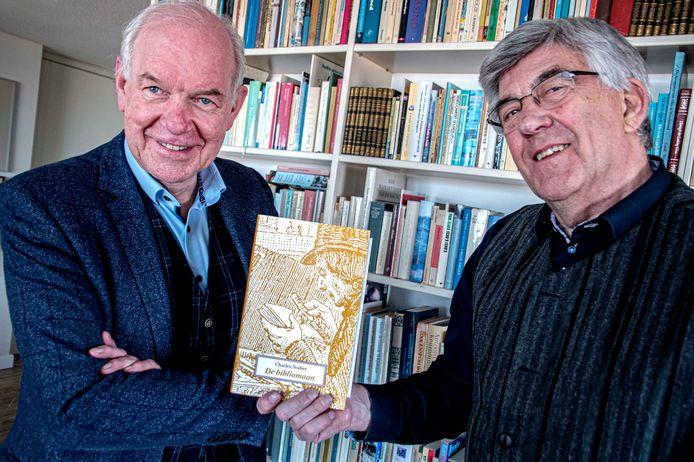Blije mannen: Peter IJsenbrant  (l) heeft boekenliefhebber Ad Haans net de kersverse eerste uitgave van genootschap Desiderata bezorgd.