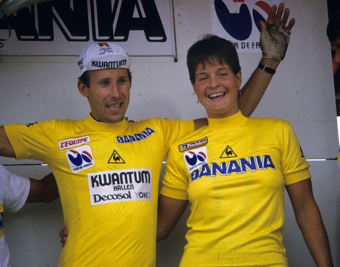 Mieke Havik, de eerste vrouw ooit in de gele trui, samen met Ludo Peeters in Saint-Denis op het Tourpodium na afloop van de eerste etappe.