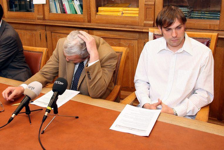 Laurent Fassotte (Lierse) met zijn advocaat (2006), in het gokschandaal rond Zheyun Ye. Beeld BELGA