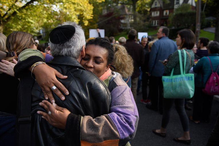 Demonstranten steunen elkaar tijdens een 'mars voor solidariteit' in Pittsburgh. Beeld AFP