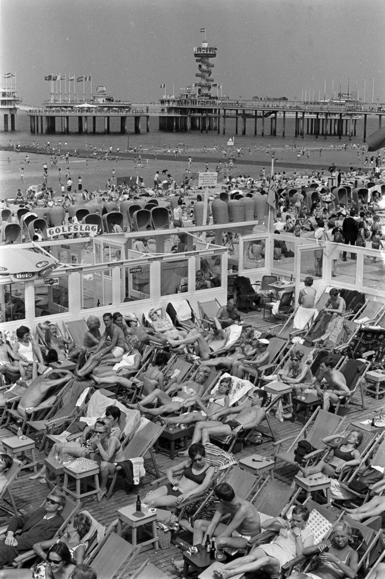 Juni 1968: Pinksterdrukte op het Scheveningse strand. Beeld anp