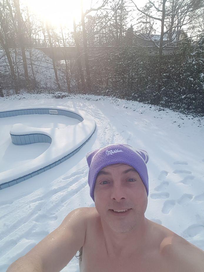 Na het sporten relaxt Marco Veldhuizen door na zwembad en sauna even lekker af te koelen in de sneeuw in 's Heerenberg