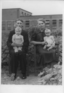 Tony en Marie Jochem in 1941 met de kinderen Tony Jochem jr. en Truus Jochem op schoot, met op de achtergrond het Oldenzaalse slachthuis.