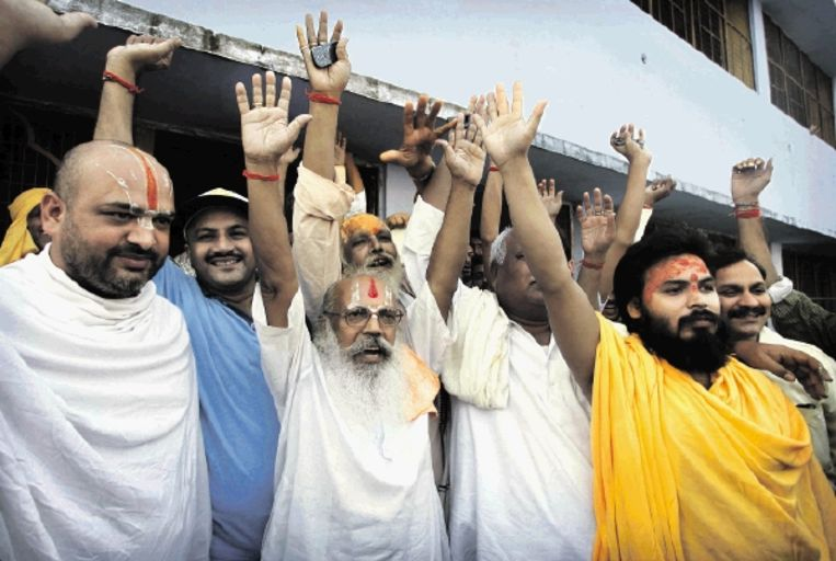Hindoepriesters geven uiting aan hun blijdschap over de uitspraak van het gerechtshof. (FOTO AP) Beeld AP