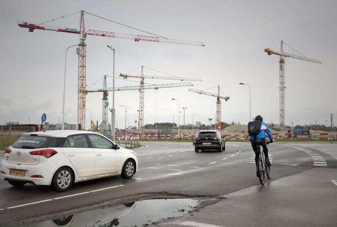 Het kranenspel bij het buitenhoofd van de Nieuwe Sluis in aanbouw.