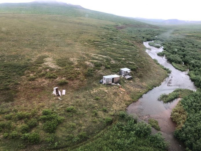 De man verbleef in de restanten van een oud mijnwerkerskamp op ongeveer zestig kilometer van de afgelegen stad Nome in Alaska