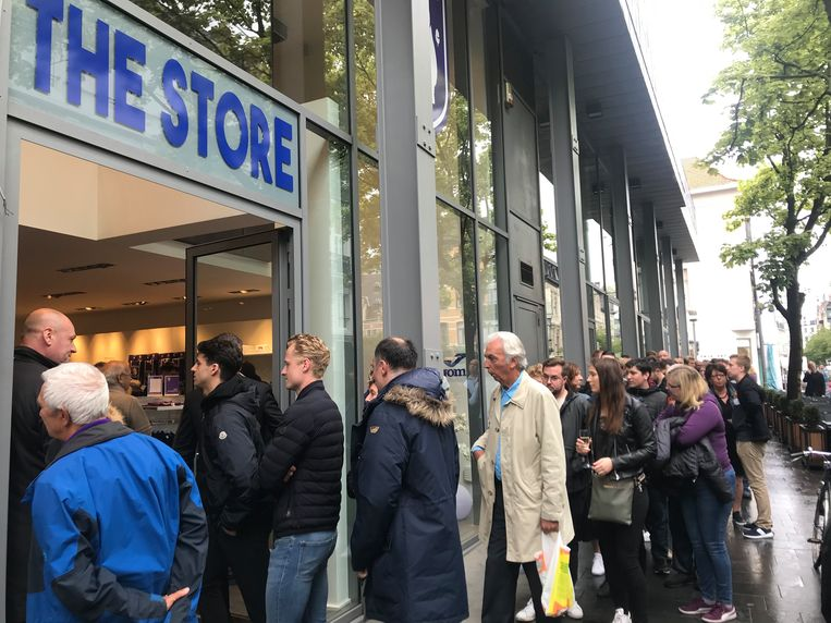 Bij de opening van de Beerschot pop-upstore stond een lange rij met Beerschotfans aan te schuiven.