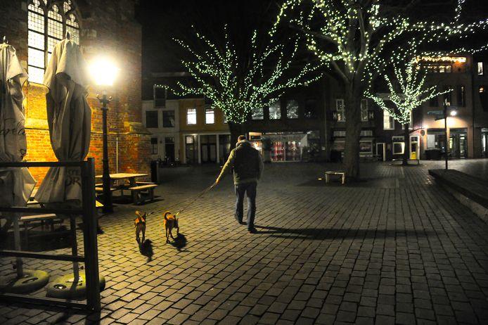 Honden uitlaten op de Oude Markt in Vlissingen? Dat mag nog tijdens de avondklok.