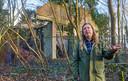 Documantairemaker Luuk Bouwman bij het vervallen huisje in de bossen te Nuland. Fotograaf: Van Assendelft/Jeroen Appels