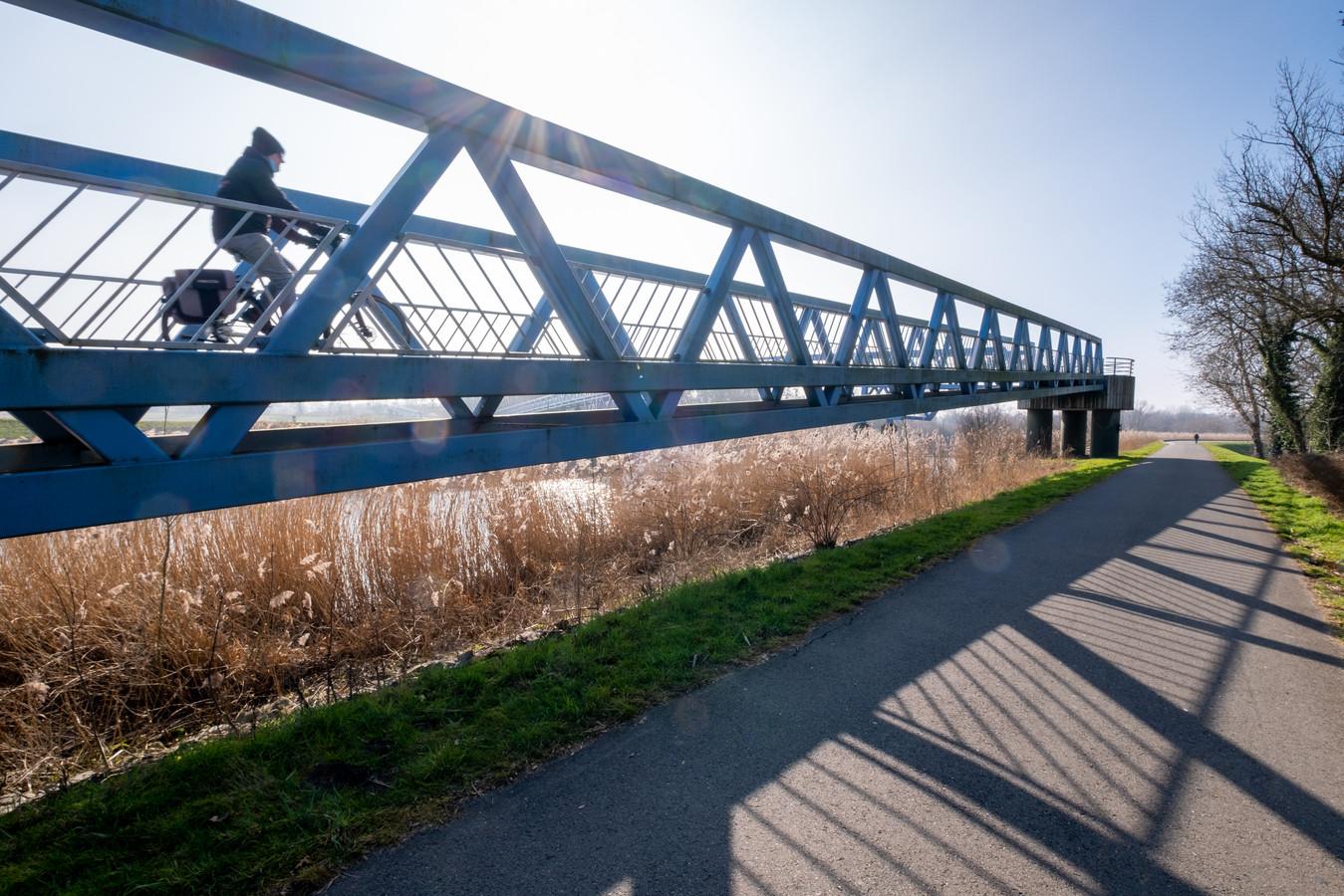 De blauwe fietsbrug aan de Drie Rivieren