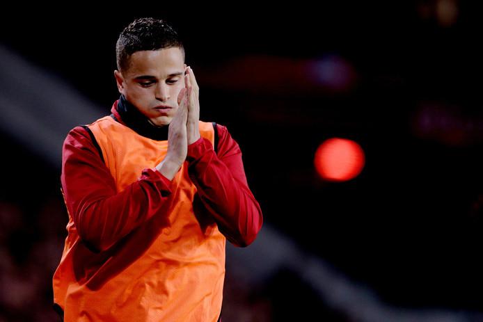 Ibrahim Afellay mocht na een uur spelen onder luid applaus warmlopen.