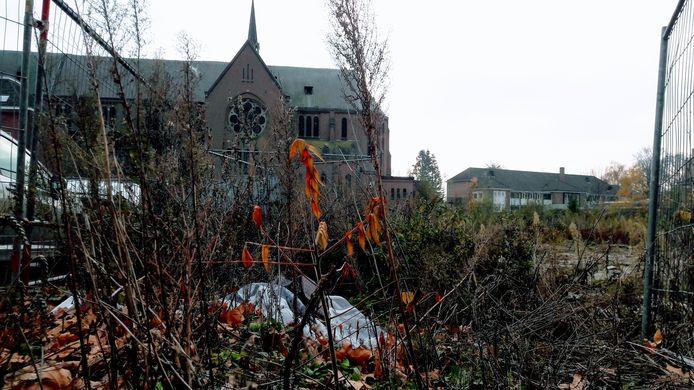De Heilig Hartkerk in Breda en de plek waar, gelijktijdig met de restauratie, een nieuw appartementencomplex wordt gebouwd.