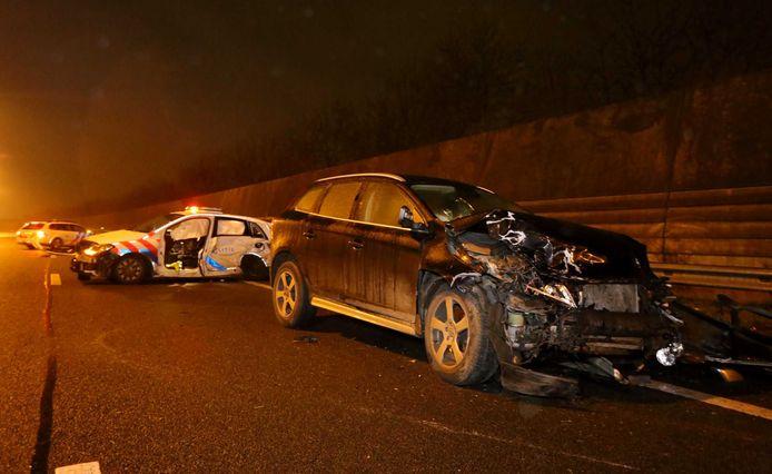 Het ongeluk op de A2 waarbij twee agenten zwaargewond.