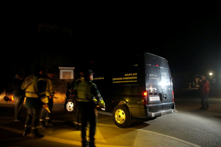 Een busje van een uitvaartondernemer bij de plek waar het lichaam van Julen is aangetroffen. Beeld REUTERS