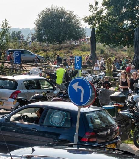 Auto's en motoren in de ban op de Posbank: veel te druk in Veluws natuurgebied